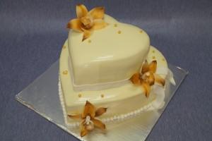 Двуетажна сватбена торта с форма на сърце и цветя