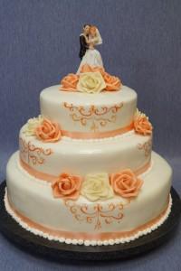 Триетажна рисувана сватбена торта  с фондан и кремави рози