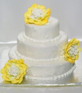 Три етажна кръгла сватбена торта  с фондан и божури