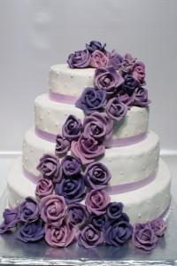 Четири етажна кръгла сватбена торта  с фондан и лилави рози