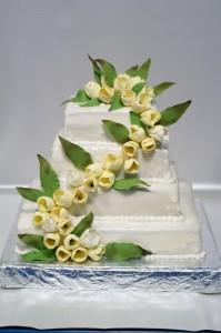 Четири етажна квадратна сватбена торта  с фондан, цветя и листа