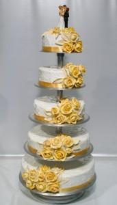 Сватбена торта с фондан на пететажна поставка, със златни рози и фигурка  с младоженци