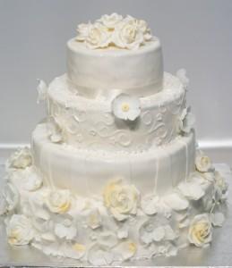Четири етажна сватбена торта с фондан, бели цветя  и допълнителна украса
