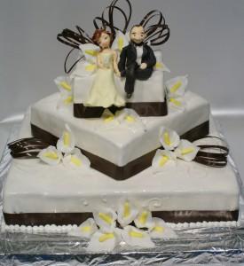Двуетажна квадратна сватбена торта  с калии и захарни фигурки на младоженци