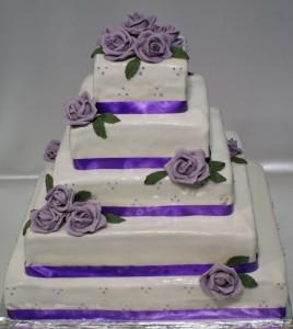 Пететажна квадратна сватбена торта в бяло и лилаво с лилави рози