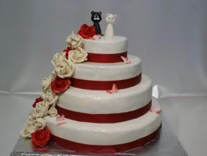 Сватбена торта на четири етажа с бяло и черно коте и бели и червени рози