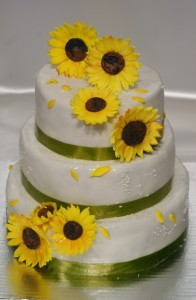 Триетажна сватбена торта  с фондан  и слънчогледи