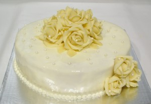 Сватбена торта  с фондан  с бели рози  и перли