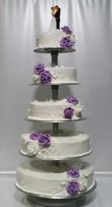 Пететажна сватбена торта  с фондан, бели и лилави рози със сватбена фигурка