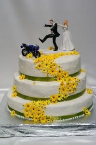 Триетажна сватбена торта  с фондан, жълти маргаритки и сватбена фигурка с мотор