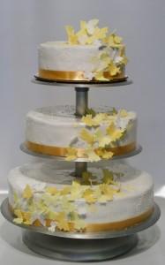 Сватбена торта на триетажна поставка със   златни пеперуди