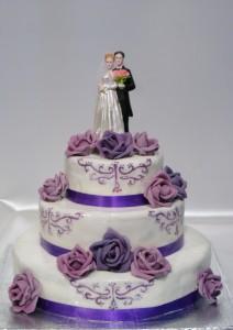 Триетажна рисувана сватбена торта със лилави рози  и фигура  с младоженци