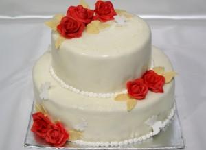 Двуетажна сватбена торта с червени рози, златни листа и  фондан