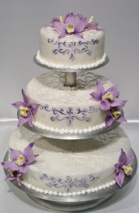 Рисувана сватбена торта на триетажна поставка с цветя