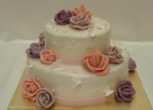 Двуетажна сватбена торта с рози, пеперуди  и перли