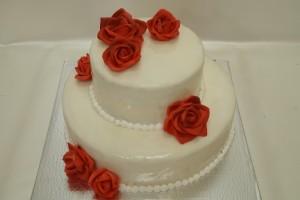 Двуетажна сватбена торта с червени рози и фондан